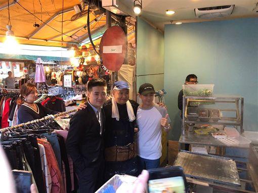 林志穎的哥哥林志杰做腸粉,在四平街擺攤,還有三弟林志鑫也來 ,三兄弟站台。(吉米丘提供)