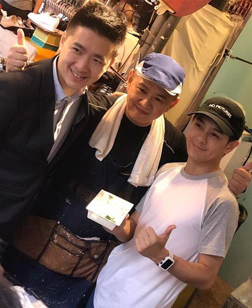 林志穎的哥哥林志杰做腸粉,在四平街擺攤,還有三弟林志鑫也來 ,三兄弟站台。(翻攝自林志穎臉書)