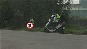 警察在草叢小解、尿尿/爆廢公社