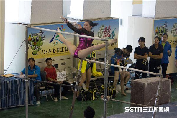 ▲賽前未能練習就上場,蔡佳容在高低槓項目中不慎摔落。(圖/記者蔡宜瑾攝影)