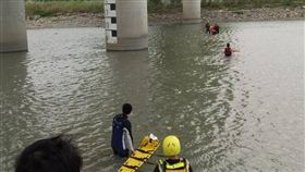 消防人員派出橡皮艇下水救援。(圖/翻攝畫面)