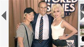 ▲女神卡卡(Lady GaGa)到洛杉磯道奇球場看世界大賽,與Joe Torre合影。(圖/截自大聯盟官網)