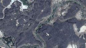 谷歌地圖拍下沙烏地阿拉伯沙漠的神秘石頭建築。(圖/翻攝自《Independent》)