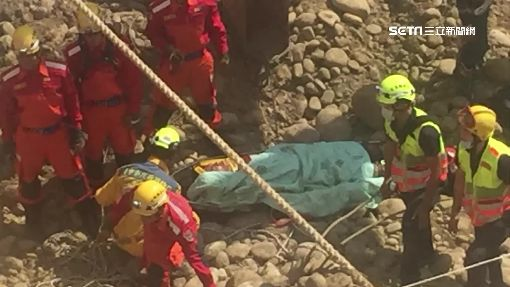 吊車重心不穩翻了 工人閃躲墜20米地下室