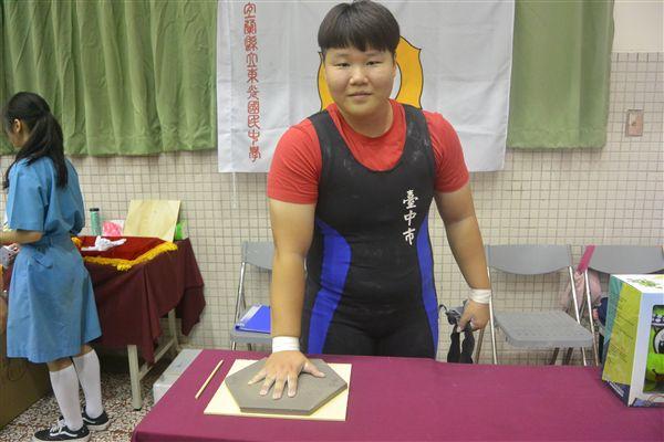 ▲女子組90公斤級金牌羅楹湲留下黃金右手印。(圖/全運會提供)