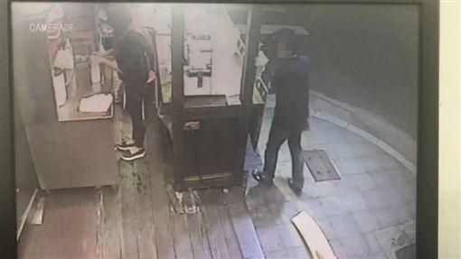 男子朝著攤販內鬼頭鬼腦猛瞧。(圖/翻攝畫面)