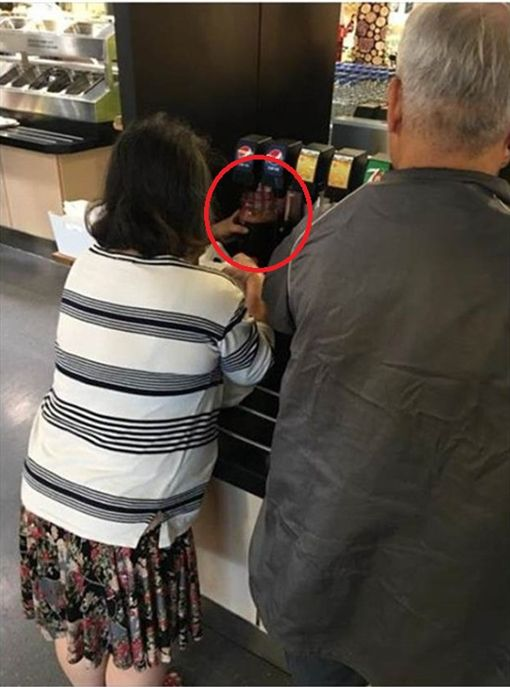 大媽在IKEA賣場直接拿出3個超大水壺裝可樂,讓眾人看傻眼。(圖/翻攝臉書爆怨公社)