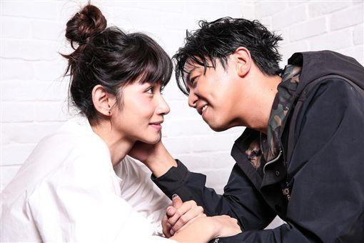 李千娜小鬼二人合作《逃婚100次》拍出極佳默契,兩人拍合照時,自動會擺出合拍動作。