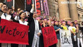 RCA員工關懷協會、工殤協會在高院前呼喊口號。潘千詩 攝