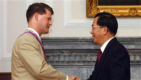 薛瑞福(Randall Schriver)2005年7月12日與台灣總統陳水扁會晤時在台北握手。(路透社/達志影像)