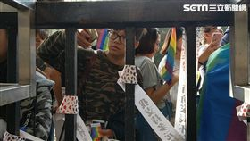 台灣同志大遊行途經教育部,遊行者將紙條貼上教育部圍牆,呼籲各界正視性別平等教育。(圖/葉立斌)