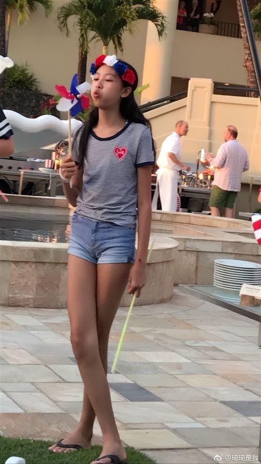 名模琦琦與港星任達華的女兒任晴佳(Ella),她小小12歲就有的逆天長腿,身高已經達170公分,琦琦還透露,現在女兒的腿已經比爸爸任達華還長!(圖/翻攝自琦琦微博)