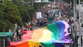 2017同志大遊行(1)2017台灣同志大遊行28日在凱達格蘭大道集結登場,遊行隊伍跟著6色彩虹旗出發,表達爭取性平教育、婚姻平權等訴求。中央社記者張皓安攝 106年10月28日