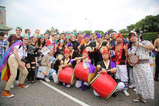 台灣同志遊行 外國人士也參與2017台灣同志大遊行活動28日下午在凱達格蘭大道集結後分3條路線出發,不只台灣民眾,隊伍中也有許多外國人士開心參與遊行並合影。中央社記者楊明珠攝 106年10月28日