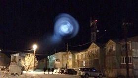 俄羅斯當地時間26日晚間一團神秘且圓潤的白光出現在西伯利亞北部上空,不少目擊者將照片上傳至社群網路並稱「外星人要來了」,讓當地民眾非常緊張。(圖取自《西伯利亞時報》)