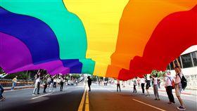2017同志大遊行 6色彩虹旗先導出發2017台灣同志大遊行28日下午在凱達格蘭大道集結展開,遊行團體跟隨巨幅6色彩虹旗出發,帶領與會群眾走上遊行路線。中央社記者張皓安攝 106年10月28日