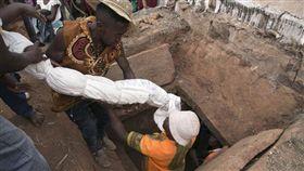 馬達加斯加,儀式,宗教,傳統,習俗,詭異,屍體 圖/翻攝自法新社