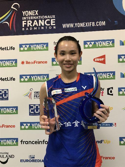 戴資穎速戰速決  奪首座法羽公開賽冠軍台灣羽球選手戴資穎於當地時間29日在法國羽球公開賽以21比4、21比16的成績,31分鐘內撂倒日本對手山口茜,奪得她個人第一座法國羽球公開賽冠軍。中央社記者曾依璇巴黎攝  106年10月30日