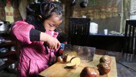 父親坐牢母親改嫁...大陸貴州6歲女童扛家務 泣:最怕奶奶生病(圖/翻攝自光華網)
