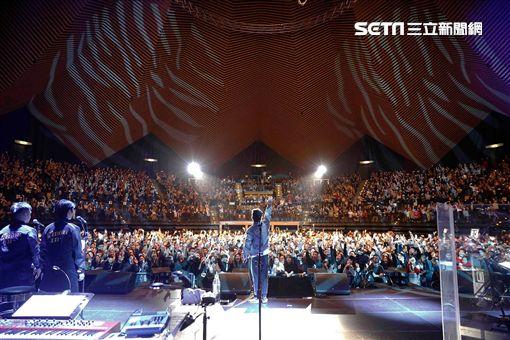 ▲陳奕迅在音樂會上嗨跳霹靂舞。(圖/環球提供)