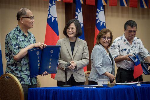 蔡英文總統與馬國總統海妮共同見證兩國外長簽署「總統獎助學金計畫基金瞭解備忘錄」。(總統府提供)