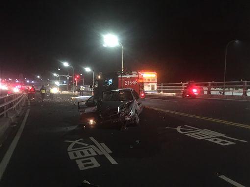 賓士車車頭幾近全毀。(圖/翻攝畫面)