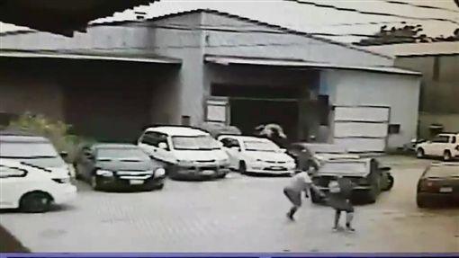 顧男上班途中遭2惡煞伏擊受傷。(圖/翻攝畫面)