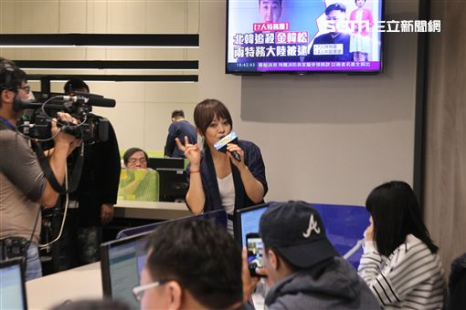 戴愛玲接受三立新聞網直播現場high翻天。(記者邱榮吉/攝影)