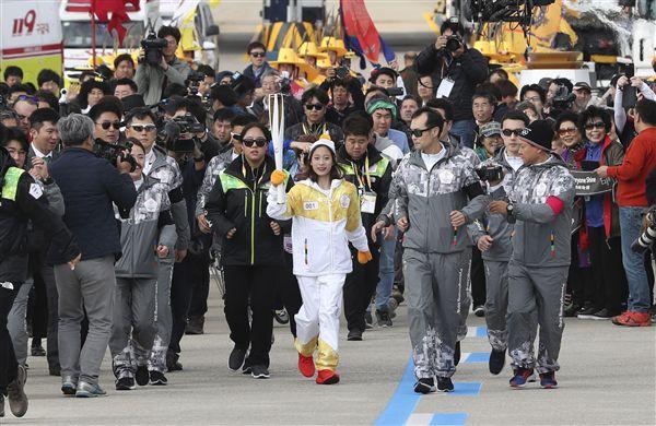 ▲平昌冬奧聖火接力第1棒13歲花式滑冰選手柳英。(圖/路透社/達志影像)