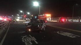 廖男的賓士車頭幾乎全毀,還撞上護欄。(圖/翻攝)