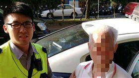 員警協助莊翁返家。(圖/翻攝畫面)