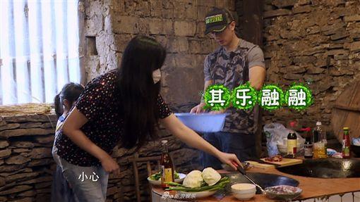 一家四口合體!《爸爸5》吳尊老婆首露面 大秀驚人廚藝 圖/翻攝自新浪娛樂