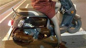 ▲美腿女騎士下體連著充電線。(圖/翻攝自爆料公社)