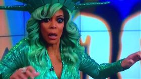美主持扮自由女神直播!「誇張+生動」暈倒被疑惡作劇,溫蒂威廉斯Wendy Williams  圖翻攝自推特