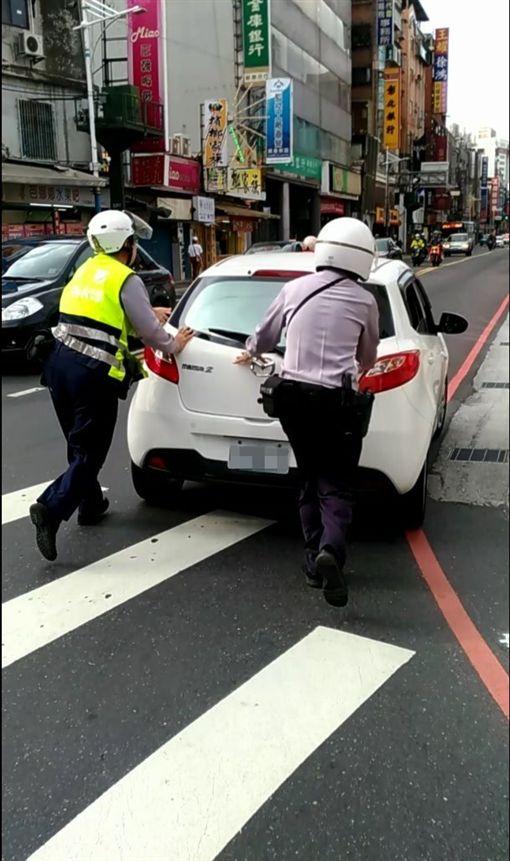 員警見狀協助推車解決翟女的燃眉之急。(圖/翻攝畫面)
