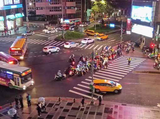 機車騎士為了爭取「不兩段式左轉」,就在路口繞圈。(圖/翻攝自《台灣機車路權促進會》臉書)