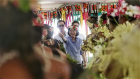 蔡總統訪吐瓦魯 噴灑香水讚許表演者總統蔡英文(中)10月28日啟程展開「永續南島,攜手共好」太平洋友邦之旅,1日中午抵達第2站吐瓦魯國,下機後在當地國會出席歡迎儀式,欣賞傳統舞蹈表演,蔡總統依當地習慣,向表演人員噴灑香水表示讚許。中央社記者裴禛吐瓦魯攝 106年11月1日