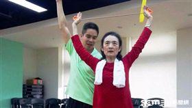藝人譚艾珍飽受下背痛、腰痛之苦,最近透過皮拉提斯課程訓練核心肌力,疼痛變少也不用再護腰。(圖/台北醫學大學附設醫院提供)