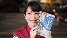 康軒文教集團印製1萬冊防災手冊供市民閱讀。(圖/翻攝畫面)