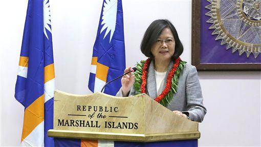 總統馬紹爾國會演說 宣布南太6友邦將免簽總統蔡英文(圖)30日訪問馬紹爾群島共和國,31日上午在馬紹爾國會發表演說。總統宣布,在不久的將來,台灣即將給予包括馬紹爾群島共和國在內的台灣6個太平洋友邦國民,一致的免簽證待遇。南太6友邦包括馬紹爾、吐瓦魯、索羅門群島、吉里巴斯、帛琉和諾魯。中央社記者裴禛馬紹爾群島攝  106年10月31日