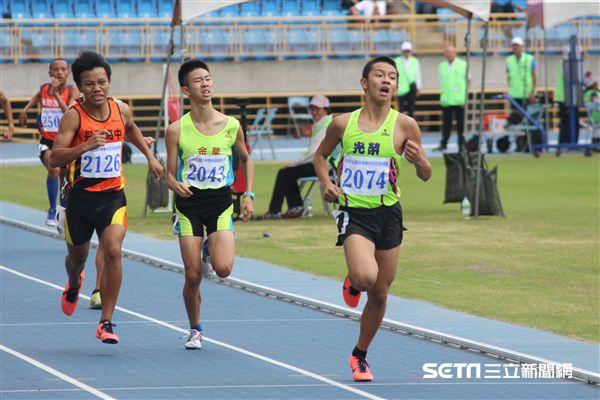 ▲吳俊漢(右一)以4分15秒15奪下全中錦國中男子1500金牌。(圖/記者蔡宜瑾攝影)