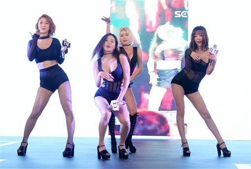 韓國勁辣女團LAYSHA載歌載舞,為2017TSE台灣寫真博覽會拉開序幕。(記者邱榮吉/攝影)