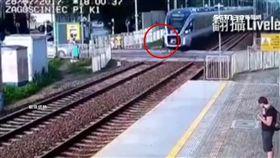 悚!女子狂奔穿越平交道 遭火車高速撞飛10幾公尺