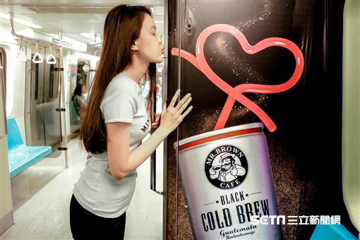 伯朗冷萃黑咖啡推出全台首創咖啡車「香」。(圖/金車提供)