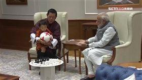 好萌!不丹小王子隨雙親訪印度 超級搶眼