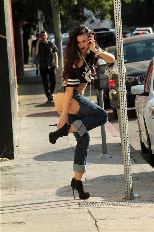 牛仔褲,Natasha Blasick,屁股,性感,火辣,臀部,微笑曲線 (圖/翻攝自推特)