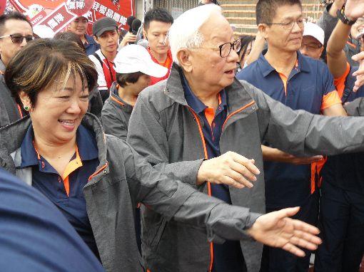 台積電運動會  張忠謀與員工打招呼台積電4日在新竹縣立體育場舉辦運動會,董事長張忠謀(右)與夫人張淑芬(左)一抵達會場,隨即繞場一周,與員工們打招呼。中央社記者張建中攝 106年11月4日