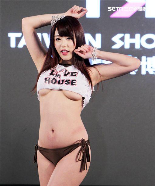 日本AV女優濱崎真緒在TSE台灣寫真博覽會接受三立新聞網專訪。(記者邱榮吉/攝影)