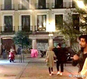 ▲宋慧喬、宋仲基出現在西班牙。(圖/翻攝自青春娛樂網微博)