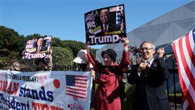 日本川普迷 機場外舉布條歡迎美國總統川普5日搭乘專機抵達日本美軍橫田基地,來自日本各地的川普迷,特地舉布條及寫有「我們愛川普」的看板,在橫田機場外歡迎。中央社記者黃名璽東京攝 106年11月5日